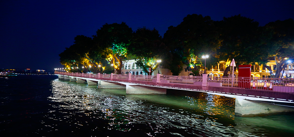 A stroll along the Pearl River is a popular evening pasttime.