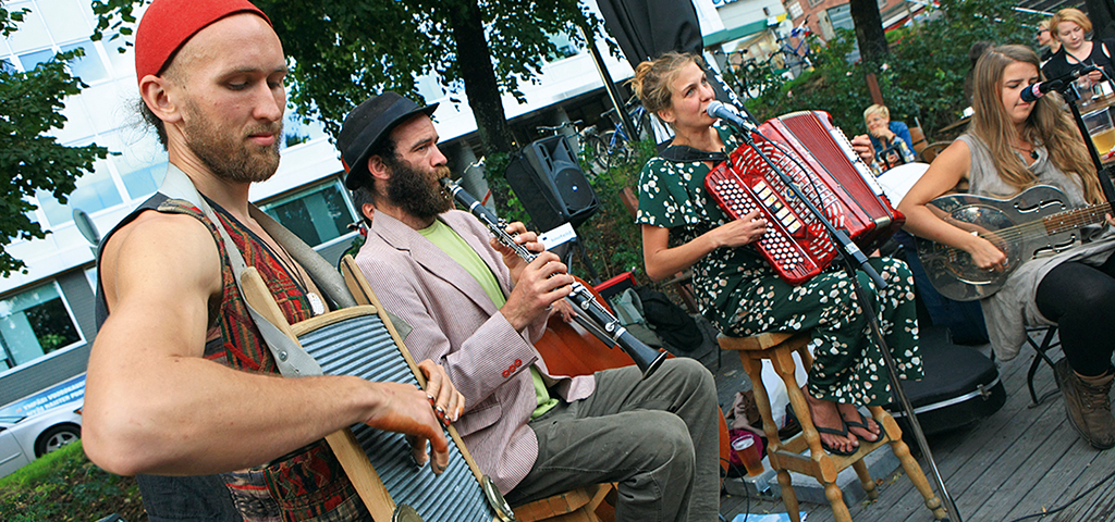 The Flying Dutch offers live music on warm summer ­evenings.