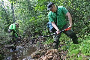 """When restoring a brook this size, shovels produce better results than an excavator,"" says Lasse Varis (r.). According to Mikko Markkanen (l.), the best tool for opening up the old channel is the waterflow. Photo: Anna Kauppi"